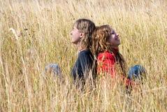 Mädchenlachen auf einem Herbstgebiet Stockfoto