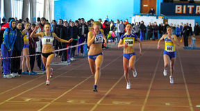 Mädchenlack-läufer auf dem Ende stockfotografie