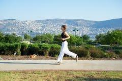 Mädchenlack-läufer auf der Straße Lizenzfreies Stockbild