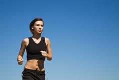 Mädchenlaufen im Freien lizenzfreies stockfoto