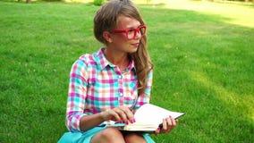 Mädchenleichte schläge durch das Tagebuch stock footage