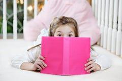 Mädchenlesebuch lizenzfreies stockfoto