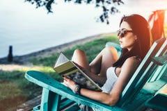 Mädchenlesebuch im Freien auf dem Strand Stockfotos