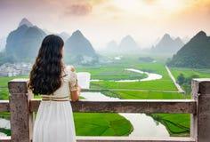 Mädchenlesebuch mit schöner Aussicht in der Natur lizenzfreie stockfotos