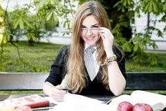 Mädchenlesebuch/Student, der liest ein Buch im Park/ lizenzfreie stockfotos