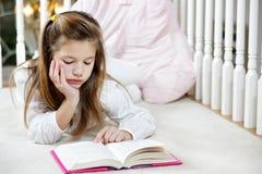 Mädchenleseheimarbeit lizenzfreie stockbilder