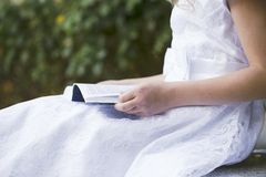 Mädchenlesung Lizenzfreie Stockfotos
