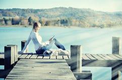 Mädchenlesung vom ateblet Lizenzfreie Stockfotos