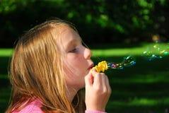 Mädchenluftblasen stockfoto