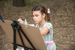Mädchenmalerei auf Gestell Lizenzfreie Stockfotos