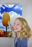 Mädchenmalereitulpenfeld stockfoto