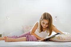 Mädchenmesswert im Bett Lizenzfreies Stockbild