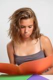 Mädchenmesswert vom orange Faltblatt Stockbild