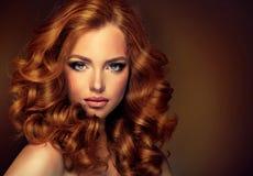 Mädchenmodell mit dem langen gelockten roten Haar stockbilder