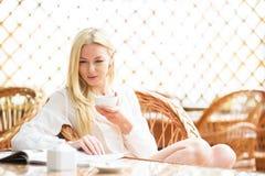Mädchenmorgenkaffee in der hellen warmen Atmosphäre Stockbilder