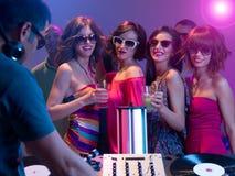 Mädchennacht heraus an einer Partei Stockbilder