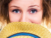 Mädchennahaufnahmeporträt mit Hut Stockbild