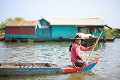 Mädchenpaddel vom Vorderteil eines Bootes Stockfoto