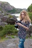 Mädchenphotograph auf dem Hintergrund der schönen Natur Stockbild
