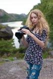 Mädchenphotograph auf dem Hintergrund der schönen Natur Stockfoto