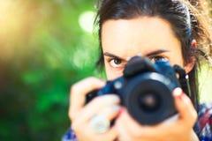 Mädchenphotograph betrachtet sie, bevor sie schießt stockfotos