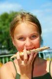 Mädchenpizza Lizenzfreie Stockbilder