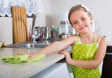 Mädchenpoliertischplatte zu Hause Lizenzfreie Stockbilder