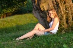 Mädchenporträt bei Sonnenuntergang lizenzfreies stockfoto