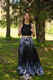 Mädchenporträt im langen Kleid stockfotos