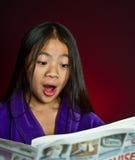 Mädchenporträt-Lesenachrichten stockbild