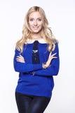 Mädchenporträt mit blauer Strickjacke Lizenzfreie Stockbilder
