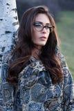 Mädchenporträt mit den Brillen und Schal im Freien stockfotos