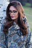 Mädchenporträt mit den Brillen und Schal im Freien lizenzfreie stockfotografie