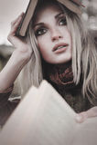 Mädchenportrait mit Buch lizenzfreie stockfotografie