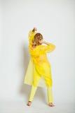Mädchenrückseite im Gelb Stockfotos