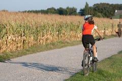 Mädchenradfahren Stockfotografie