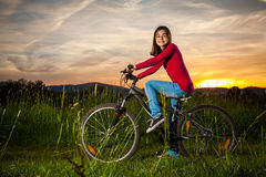 Mädchenradfahren Stockbilder