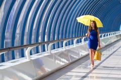 Mädchenregenschirm Stockfoto