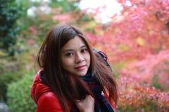 Mädchenreise, zum des Rotahorns mit dem Japan-Hintergrund zu sehen Lizenzfreie Stockfotografie