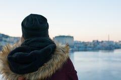 Mädchenreisender, der auf der Brücke genießt Ansicht der Stadt steht Lizenzfreies Stockbild