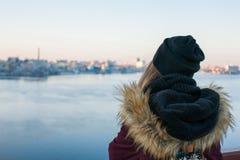 Mädchenreisender, der auf der Brücke genießt Ansicht der Stadt steht Stockbild