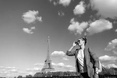 Mädchenreisendlächeln am Eiffelturm in Paris, Frankreich lizenzfreies stockfoto