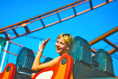 Mädchenreiten auf einer Achterbahn Stockfotografie