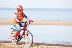Mädchenreiten auf Fahrrad Lizenzfreie Stockfotos