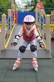Mädchenreiten auf Rollschuhen Stockfotos