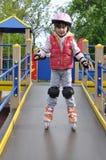 Mädchenreiten auf Rollschuhen Stockfoto