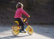 Mädchenreiterstes Fahrrad Stockfoto