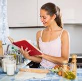 Mädchenrollenteig bei Tisch lizenzfreies stockfoto