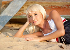 Mädchenruhe auf Strand Stockfoto