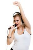 Mädchensängermusiker mit Kopfhörern singend zu MI Stockbilder